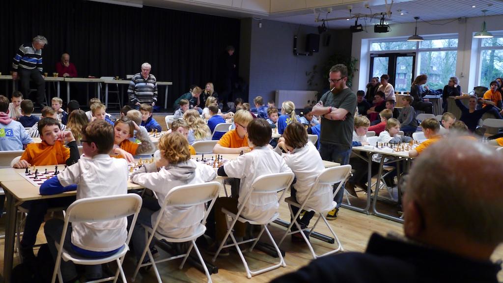 Overzicht van de voorronde van het schoolschaak 2016 in de aula van rsg NoordOost-Veluwe. Foto's: Harry Logtenberg