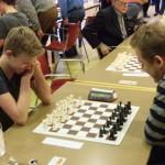 Thomas Beerdsen (links) begint aan zijn zevende en laatste partij tegen Richard Vedder.
