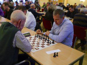 Zeco Ugljanin uit Heerde (rechts) in gevecht tegen Cor Petersen. Zeco zou de tweede groep winnen met 6 uit 7 partijen. (foto's Harry Logtenberg)