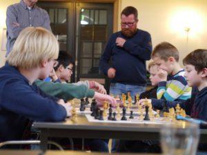 De jeugdgroep onder leiding van Rein Schuring (achtergrond) en Helmig van der Vegt in de Prinszaal.