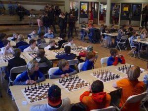 De voorronde van het schoolschaak 2017 in Epe levert een volle zaal met schakertjes en veel publieke belangstelling op. (foto Harry Logtenberg)
