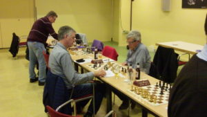 Maar Bert Baas (rechts van Schaakstad Apeldoorn4) en Piet Nieuwenhuizen (Meppel4) zijn als laatsten bezig. Uitslag 1 - 0.