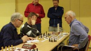 Jan Flierman van De Zeven Pionnen (rechts) speelt tegen Ronald Bieringa van VSG3 en is als een van de laatsten bezig. Uitslag 1 - 0 voor Jan.