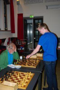 Thomas Beerdsen aan het bord bij Henk Abels. (foto Marcel Rodewijk)