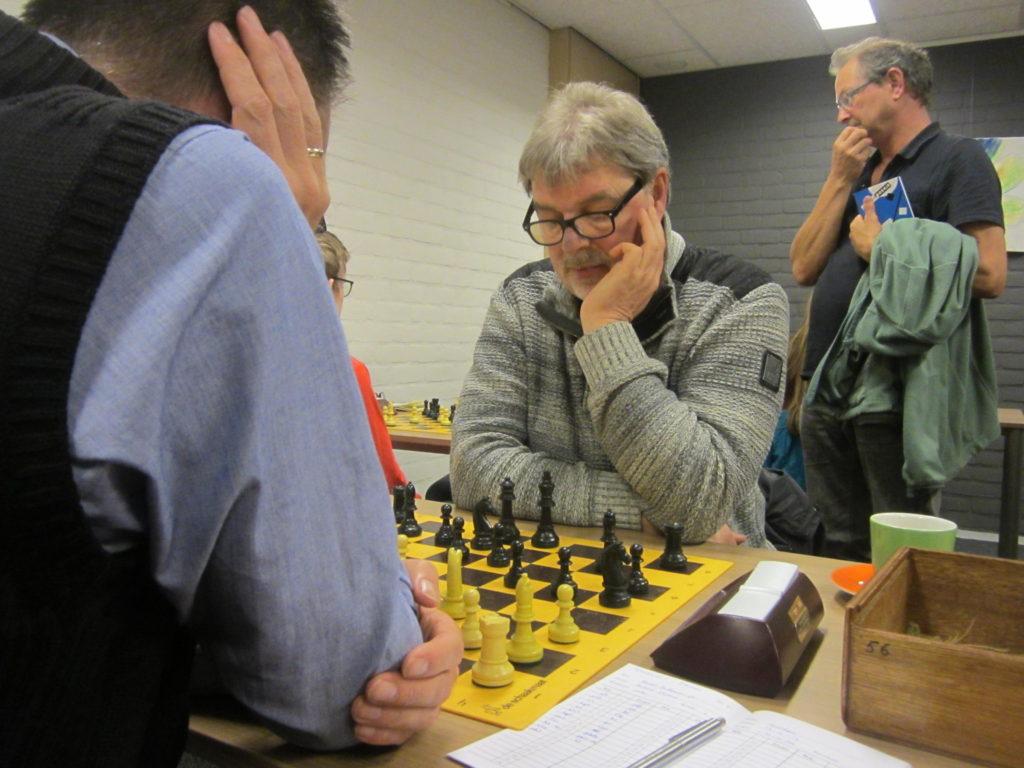 Andries Elskamp in actie tegen Hessel Hulleman, terwijl op de achtergrond Rogier den Uyl toekijkt. Anders speelde remise en mocht daarover bepaald niet klagen. (foto Karel van Delft)