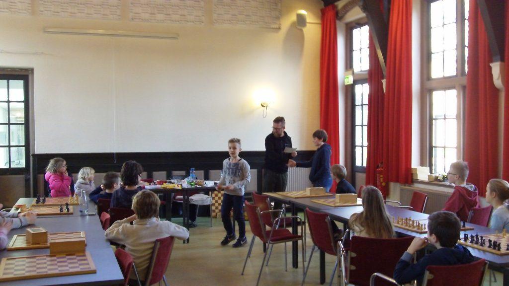 Daan Wieringa uit Epe mag de derde prijs bij de jeugd in onyvangst nemen.