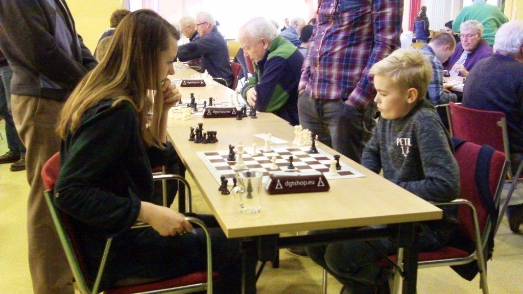Jesse van der Worp uit Hattem (rechts) won de tweede groep, maar moest in de laatste ronde de enige nederlaag slikken tegen Karin Pruijssers (links) uit Apeldoorn. (foto's Andries Elskamp)