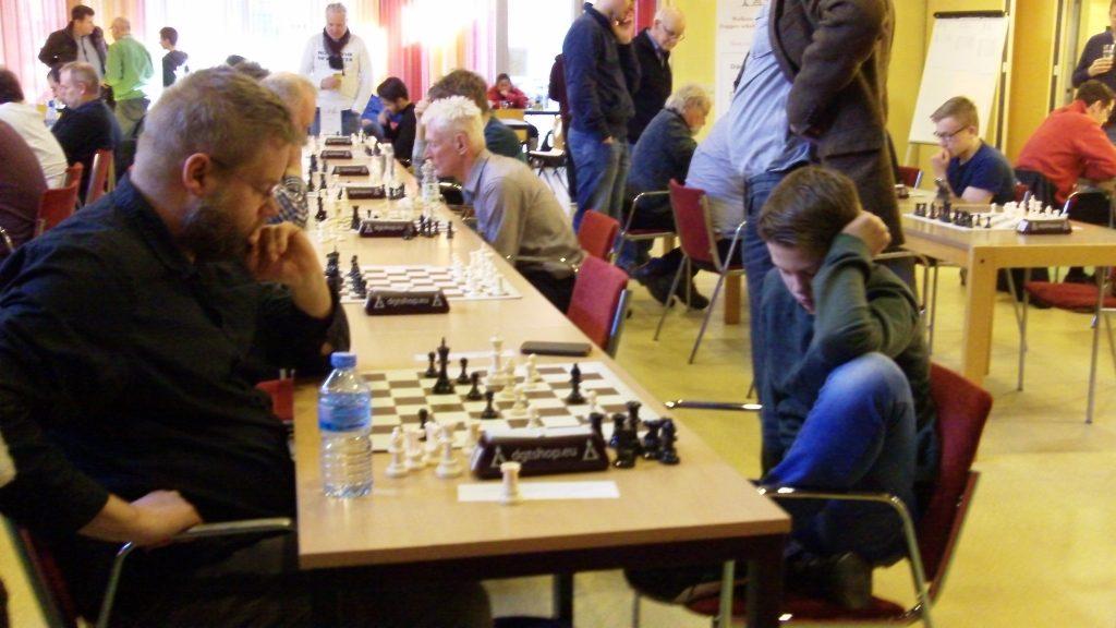 Tiggelaar uit Hasselt (rechts) in niet geheel typische schaakhouding, maar het is de laatste ronde en hij heeft de derde groep al gewonnen.