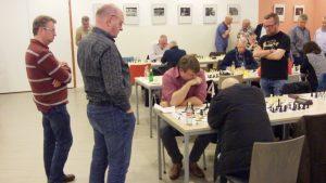 Sander Wissink behaalt de maximale score van 7 uit 7 aan het eerste bord. Marcel Rodewijk en Bartelo Oegema kijken in Zutphen toe hoe Sander een goede en taaie oude baas verslaat. (foto's Andries Elskamp)