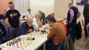 Henk Abels is echter met eveneens 7 uit 7 officieel topscorer in de klasse 2C geworden. Naast Henk zit Hans de Goede en daarachter schaakt Dirk van der Maarel. Rein Schuring kijkt toe.