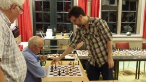 Jan Flierman weet als enige belangrijk voordeel te halen, maar moet uiteindelijk toch ook een grootmeester voorrang verlenen.