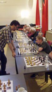 Grootmeester Roeland Pruijssers scoort honderd procent tegen 24 tegenstanders en leden van De Zeven Pionnen. (foto's Andries Elskamp)