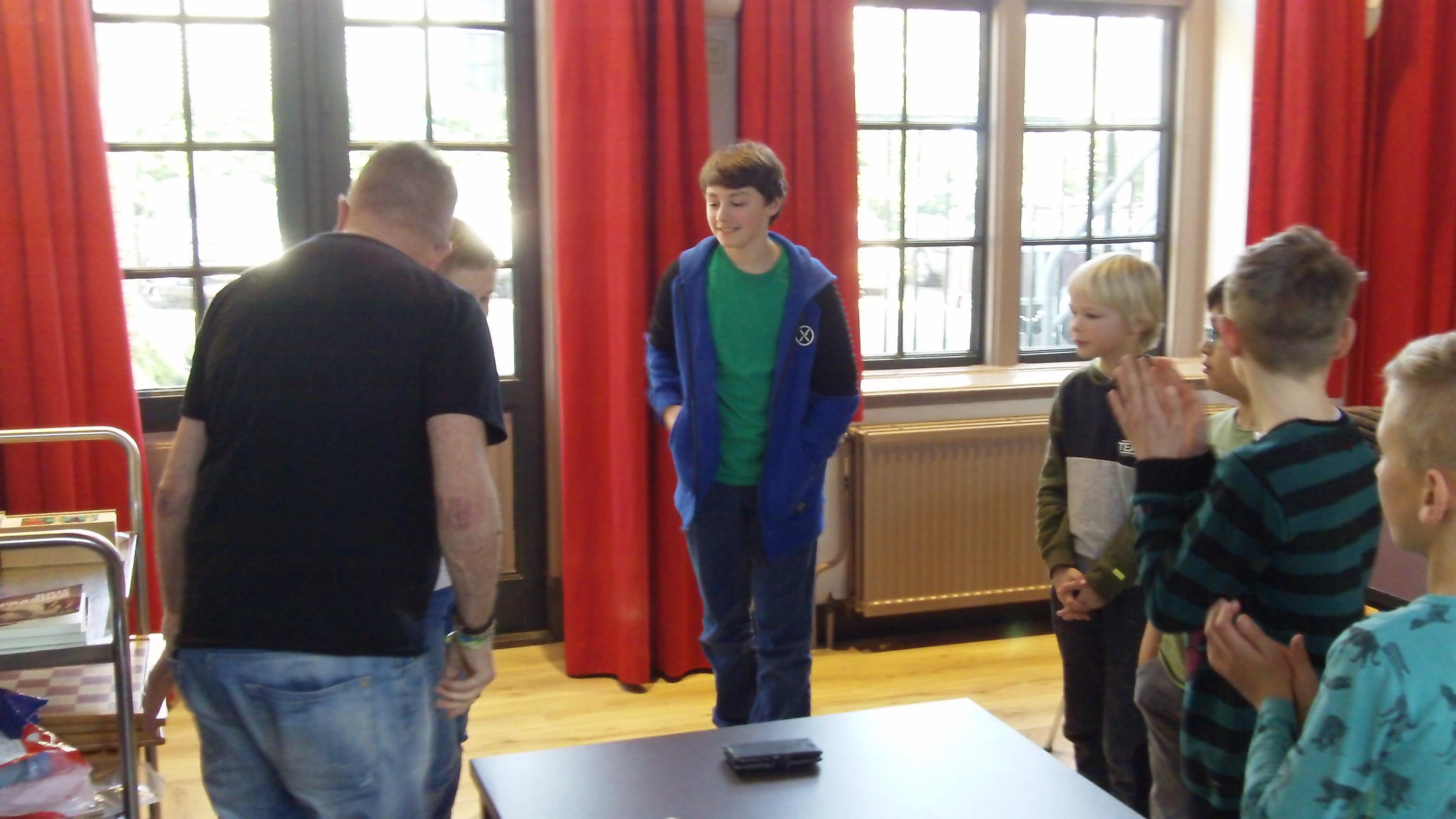 Daan Wieringa uit Epe (midden) bij de prijsuitreiking in de jeugdgroep.