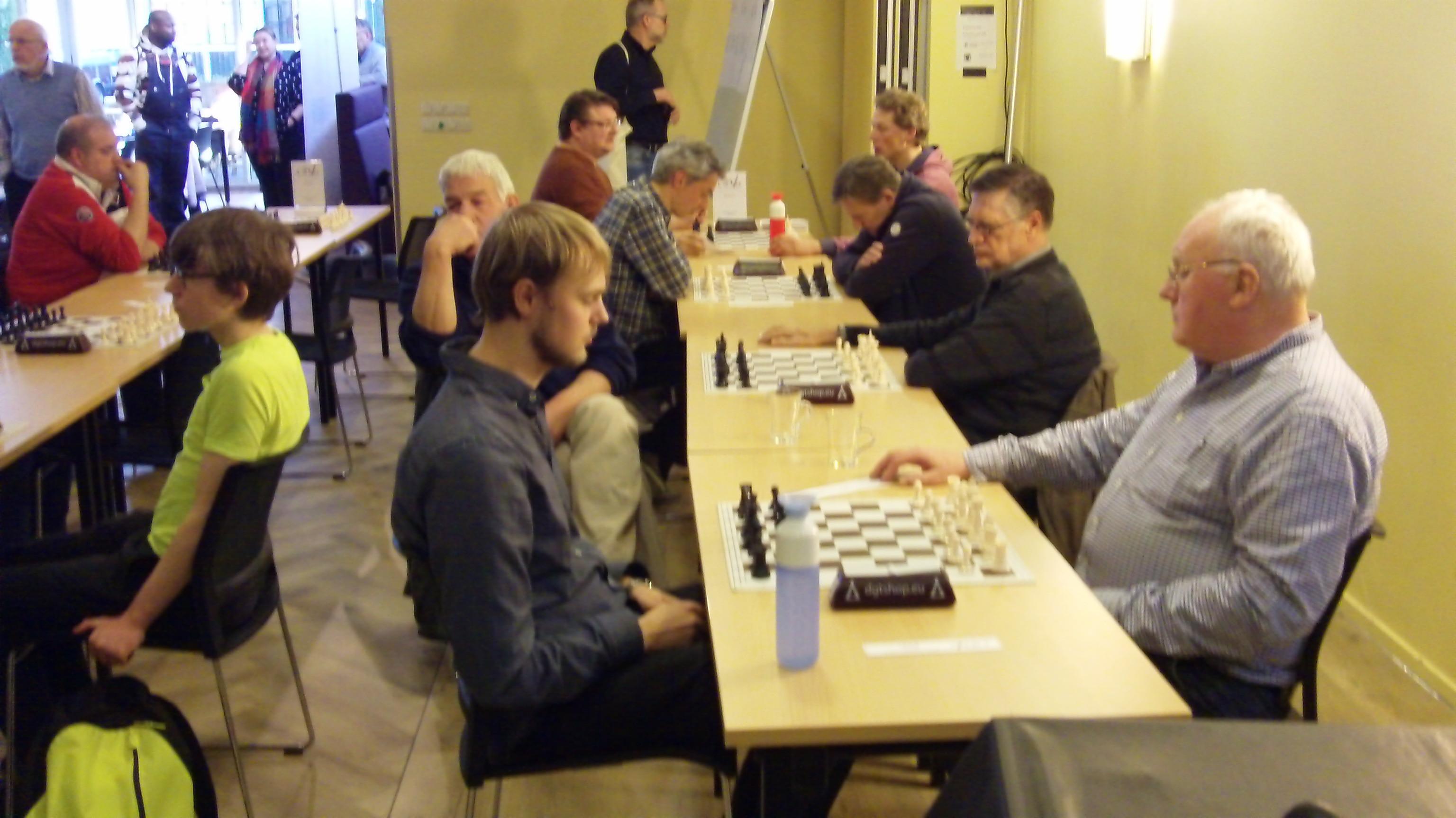 Jan Pijkeren (links) in actie net voor de laatste ronde tegen Barth Plomp uit Arnhem. (foto Andries Elskamp)