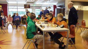 De Gildeschool (links in de groene tenues wint het onderlinge duel tegen de schakers van 't Hoge Land. (foto's Andries Elskamp)