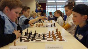 De Van der Hulstschool (links) in actie tegen de K. Norelschool. De K. Norelschool eindigt uiteindelijk als tweede bij het schoolschaaktoernooi 2019.