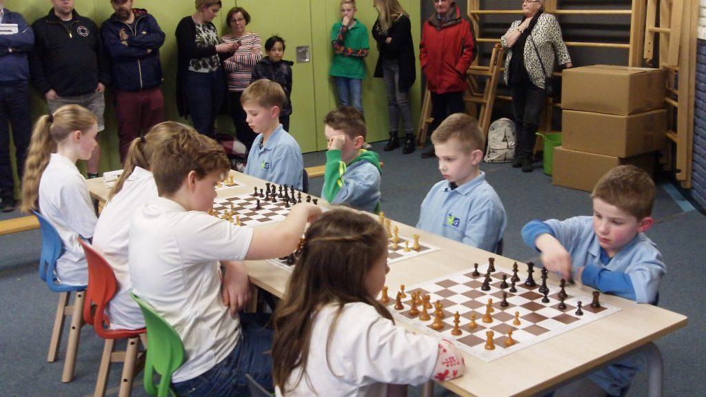 De W.G. van der Hulstschool eindigt als tweede tijdens het schoolschaak voor basisscholen in 2020. Rechts is de school in actie tegen de jongens en voorals de meisjes van de K. Norelschool.