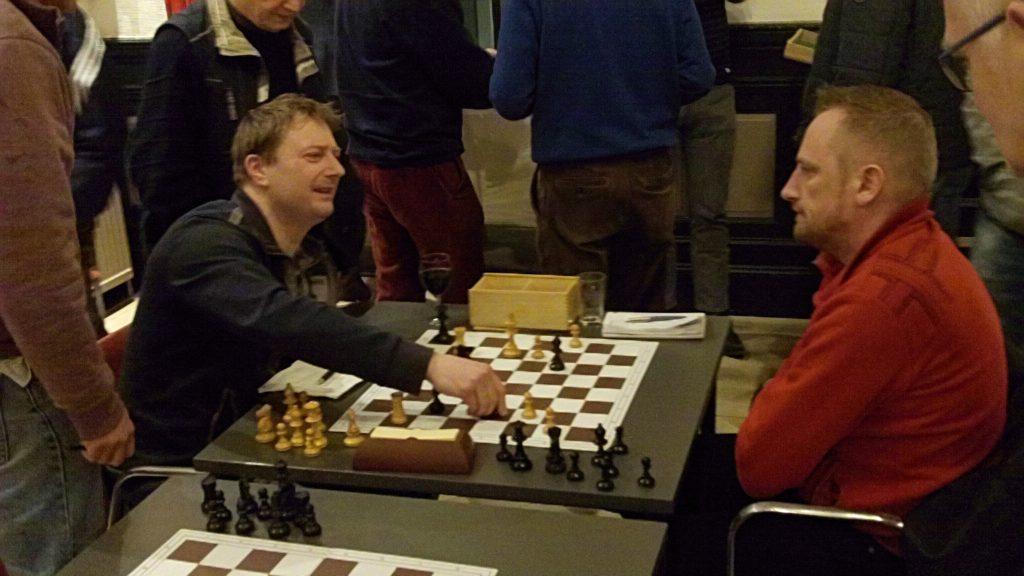 Harry Logtenberg (links) wint als laatste een spannende partij tegen G. van Heuvelen.